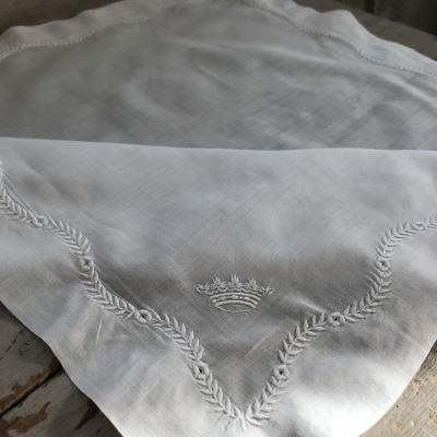 E-922 フランスアンティーク刺繍ハンカチ 王冠ホワイトワーク手刺繍コットンローンハンカチ 42x42cm