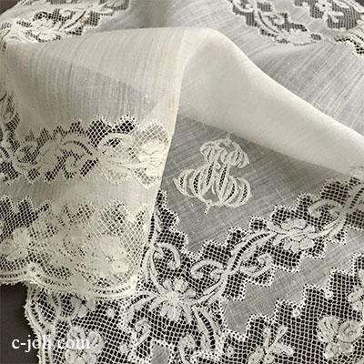 【パリ発送】E1033 フランスアンティークレース&刺繍ローンハンカチ 手刺繍モノグラム綿ローン&チュールレース 34x34cm