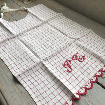 E-275 フランスアンティークリネンチャイルドエプロン 手刺繍モノグラムリネン レッド