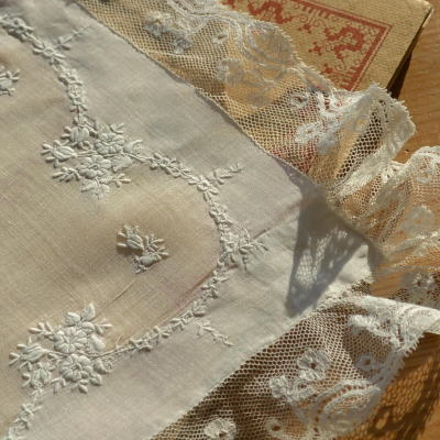 E-591 フランスアンティークハンカチ 19世紀ホワイトワーク手刺繍リネン&レースハンカチ 46x45cm