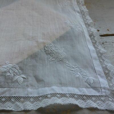 E-758 フランスアンティークハンカチ 19世紀ホワイトワーク手刺繍リネンローン&レースハンカチ 38x38cm