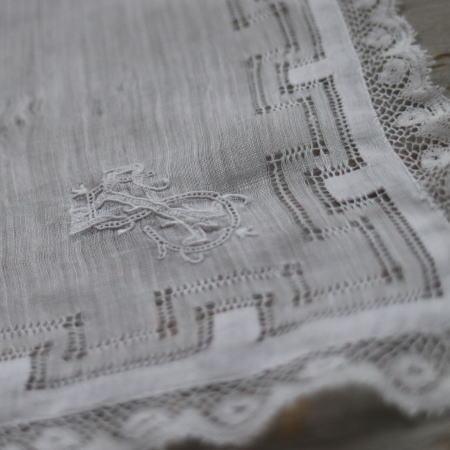E-773 フランスアンティークハンカチ 19世紀ホワイトワーク手刺繍リネンローン&レースハンカチ 31.5x31cm