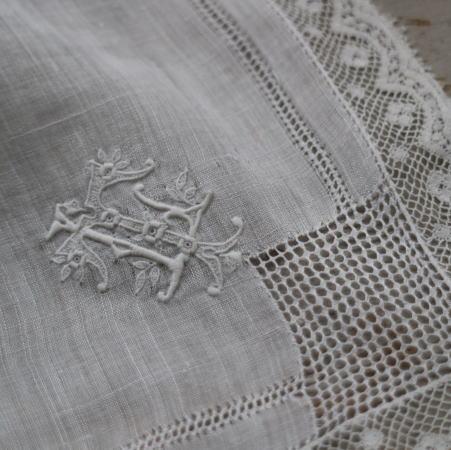 E-774 フランスアンティークハンカチ 19世紀ホワイトワーク手刺繍リネンローン&レースハンカチ 32x32cm