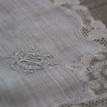 E-775 フランスアンティークハンカチ 19世紀ホワイトワーク手刺繍リネンローン&レースハンカチ 30x29cm