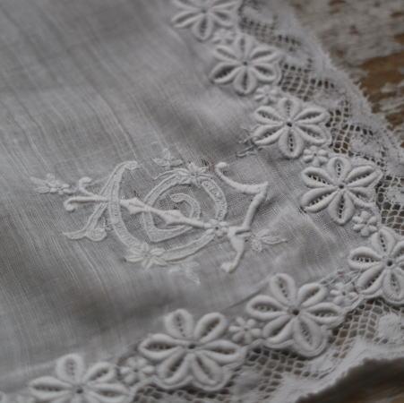 E-776 フランスアンティークハンカチ 19世紀ホワイトワーク手刺繍リネンローン&レースハンカチ 32x32cm