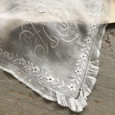 E-795 フランスアンティークハンカチ 19世紀ホワイトワーク手刺繍リネンローン&レースハンカチ 56x52cm