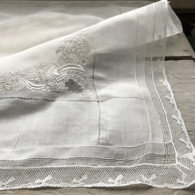 E-979 フランスアンティークレースハンカチ ホワイトワーク手刺繍モノグラム麻ローン&ヴァランシエンヌレースハンカチ 44x44cm