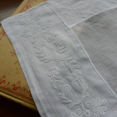 L1737 フランスアンティーク刺繍クロス 綿ローン&マシーン刺繍 60x43cm