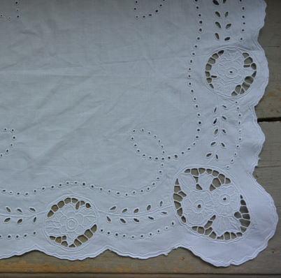 T2562 イギリスアンティークリネンテーブルセンター/テーブルマット 刺繍リネン 54x51cm