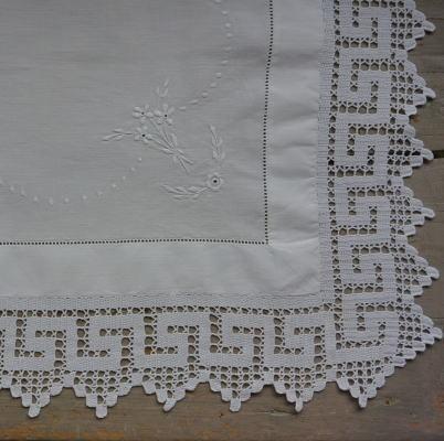 T2565 イギリスアンティークリネンテーブルセンター/テーブルマット クロシェレース&刺繍リネン 70x52cm
