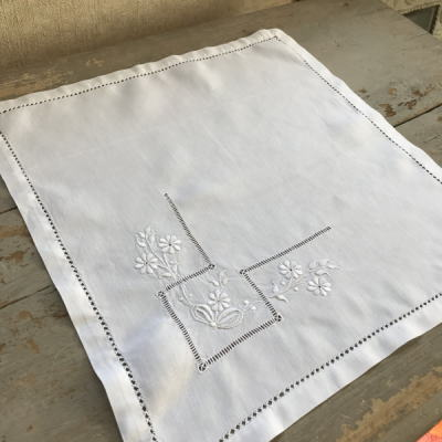T2645 フランスアンティークリネンテーブルマット 手刺繍リネン 34x35.5cm