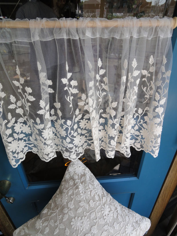 【縦45cm】アイボリーチュールにコットンのお花刺繍 の珍しいカフェカーテン 北欧風ショート