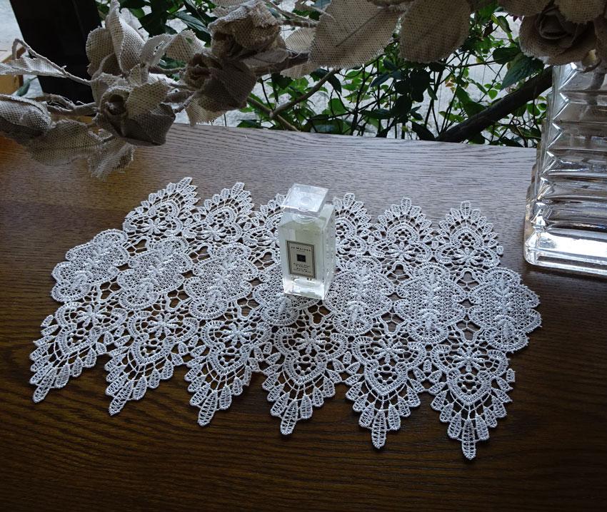 【24x35cm】真っ白 細糸仕様の『ドイリー』花瓶下 フラワーベース下 玄関収納 テーブル 出窓 棚板 チェストの上に飾って楽しめる