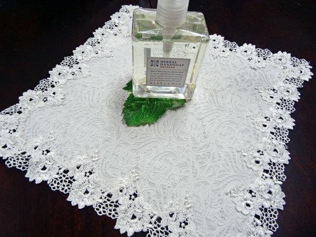 真っ白で二重生地 珍しく優しい雰囲気 『ドイリー』 ティーマット、テーブルセンターにも