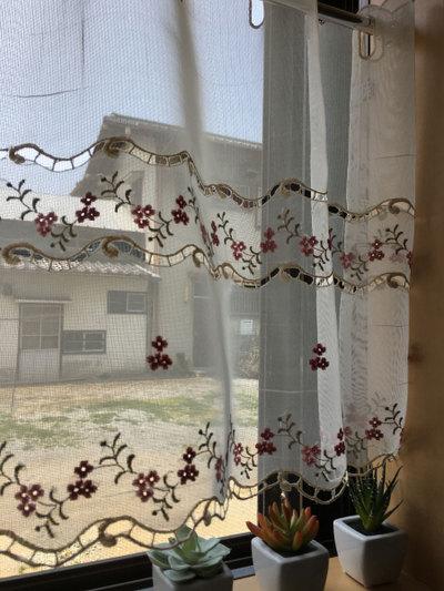 【約135×約45cm丈】可愛いくてお手入れ簡単 半透明の『カフェカーテン』アミプチ 赤い小花 ショート