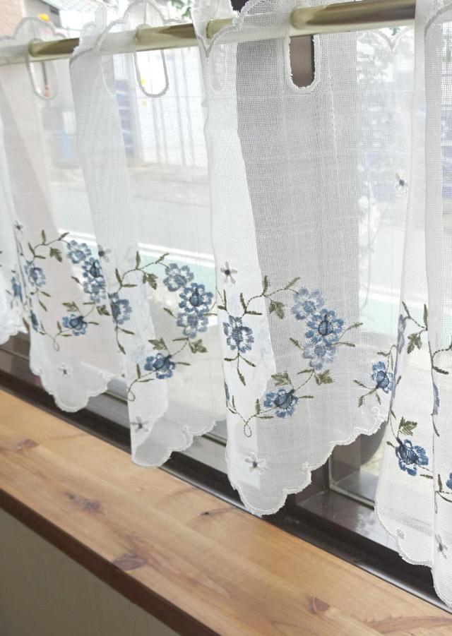 花言葉 夢が叶う。ブルーローズ『カフェカーテン』【縦30cm】ベリーショート 半透明のオフホワイトの生地に薄色ブルーローズの刺繍 濃すぎない優しいブルー
