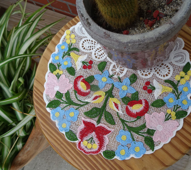 ハンガリーのカラーイメージ!機械刺繍の『ドイリー』微妙なグラディーションが優しい雰囲気
