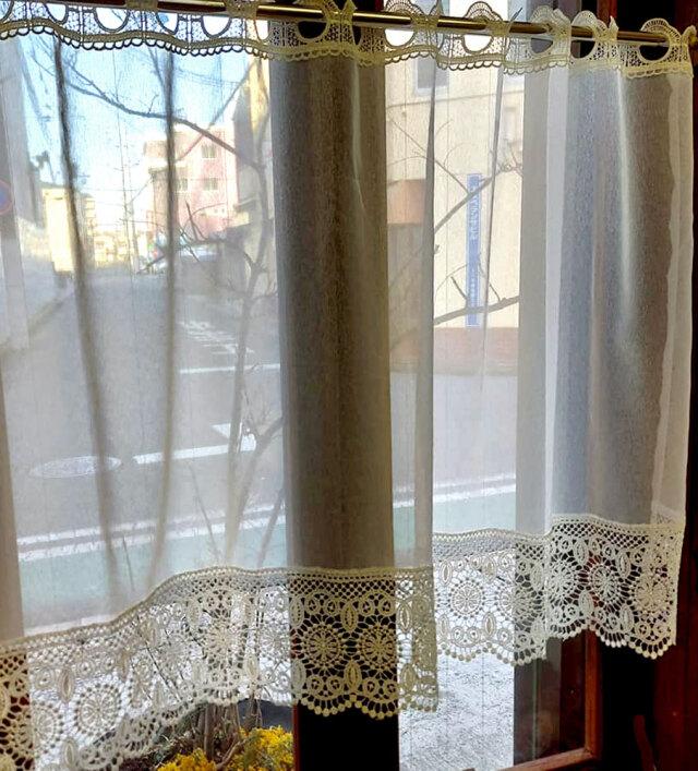 細窓にお勧めカフェカーテン レースが綺麗【約 100x60cm】 オフホワイトで お部屋に馴染みます 細窓 セミロング 小窓用