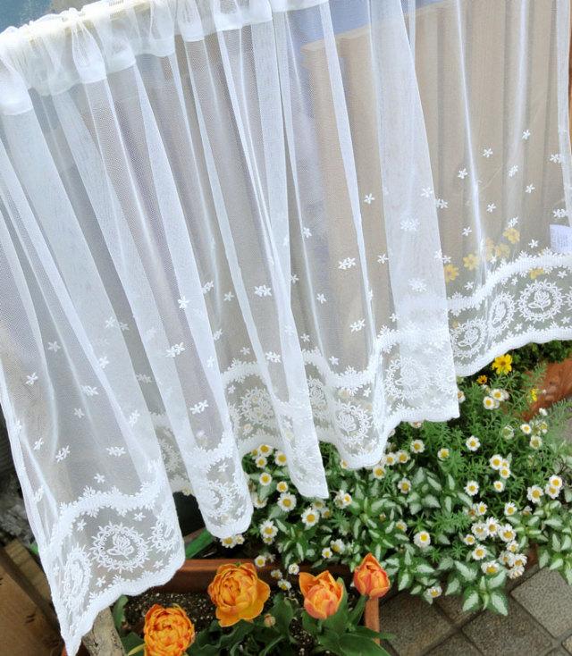 【縦60cm】可愛いバラの『カフェカーテン』エデンローズ セミロング 少しアイボリー系のチュールにコットンの糸を使ってより優しいイメージを表現