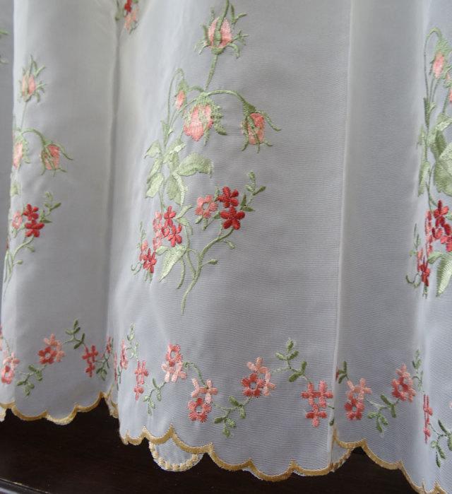 【縦45cm】赤いお花の刺繍の『カフェカーテン』アイボリーサラサラ生地にお花が綺麗に並んでいます 半透明 ショート
