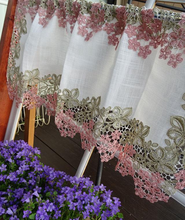 色の付いたギュピールレースのお花がエレガントな『カフェカーテン』