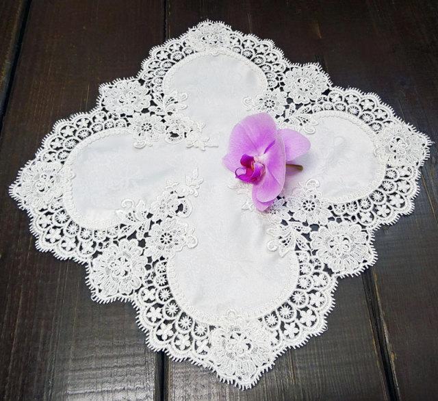 ギュピールレース【35x35cm】『小さなテーブルセンター』真っ白で光沢のある薔薇の地模様が、お洒落♪