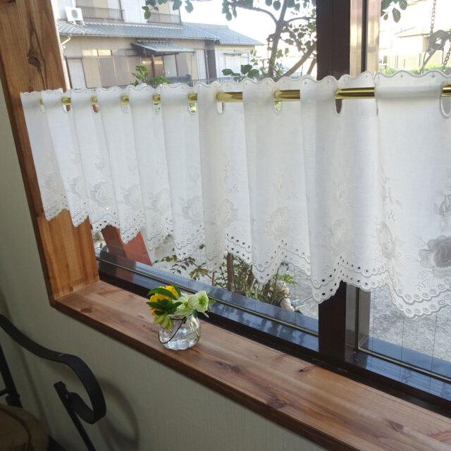 25cm ホワイトローズ『カフェカーテン』自然な白 綿素材 ハンカチ程度の生地感 棚隠し 小窓用 シンプル エレガント 可愛い 薔薇刺繍 コットン シンプルナチュラル ベリーショート