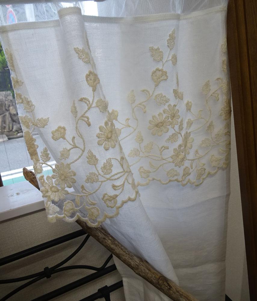 オリジナル細窓 縦長『カフェカーテン』横約40x縦約70cmホワイトリネン(麻)に ベージュ色の人気のチュールレース 2枚でのれんにも