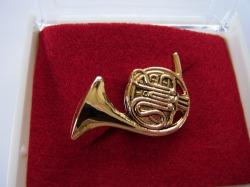 ホルンブローチ♪この商品はお取り寄せ商品です♪【記念品に最適ブローチ】吹奏楽部 ブラスバンド 記念品に
