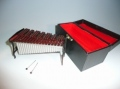 ミニチュア楽器!シロフォン♪鍵盤部分が赤茶色か茶色・シルバーのどちらかになります♪色は選べませんのでご了承下さい。この商品はお取り寄せです