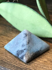 ブラジル産トロレアイト(トロール石)ピラミッド TRO016