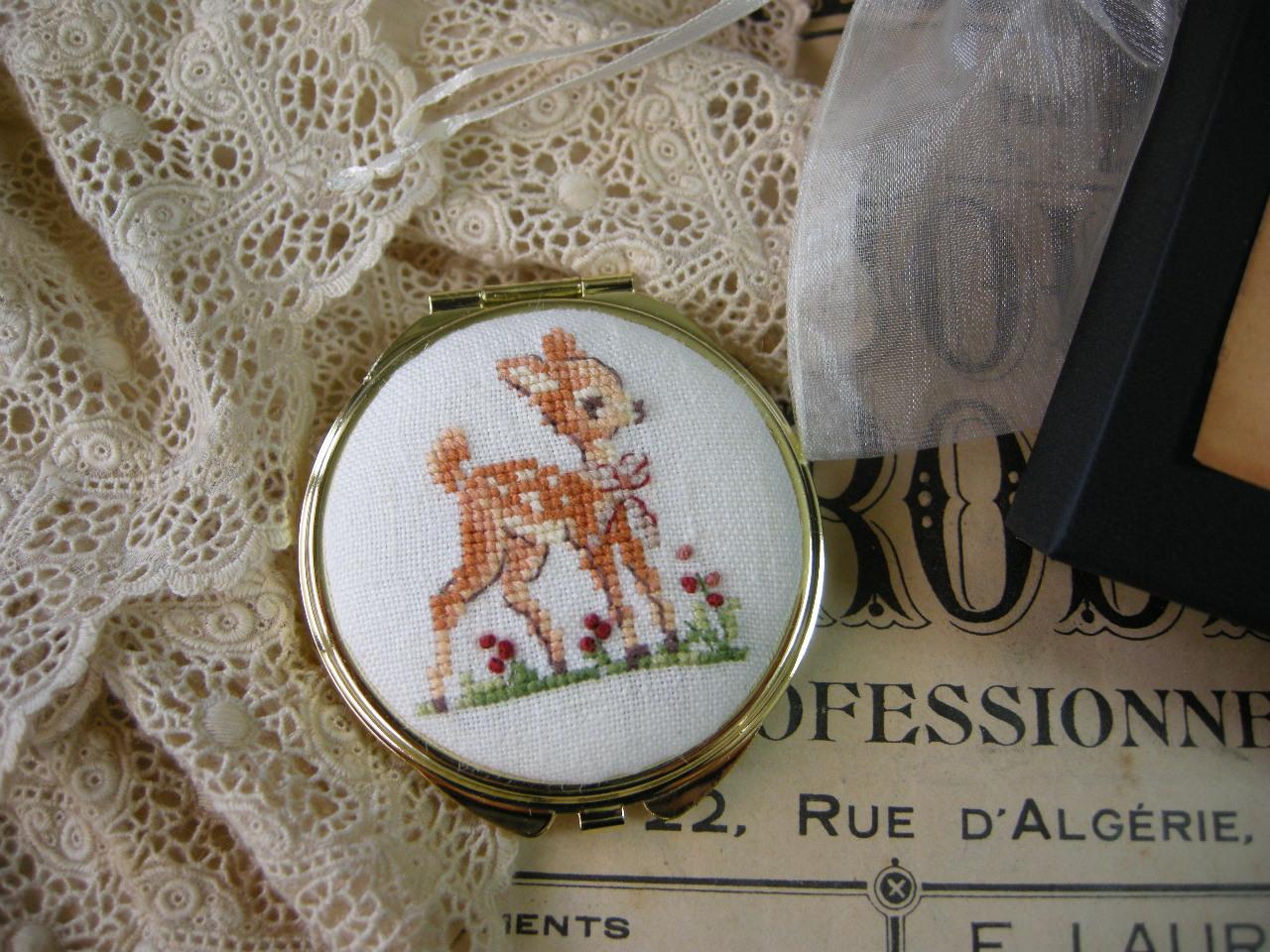 バンビのクロスステッチ刺繍入りリネンコンパクトミラー