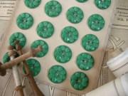 フランスアンティークプラスチックボタン(フラワーシェイプビビットグリーンM)