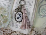 イニシャルクロスステッチとビーズ刺繍のタッセルキーホルダー(F)