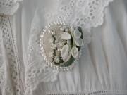 すずらんアンティーク布花とクロスステッチとビーズ刺繍のブローチ