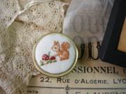 リスとキノコのクロスステッチ刺繍入りリネンピルケース