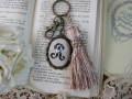 イニシャルクロスステッチとビーズ刺繍のタッセルキーホルダー(R)