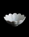 豊増一雄 白瓷印花菊弁小鉢