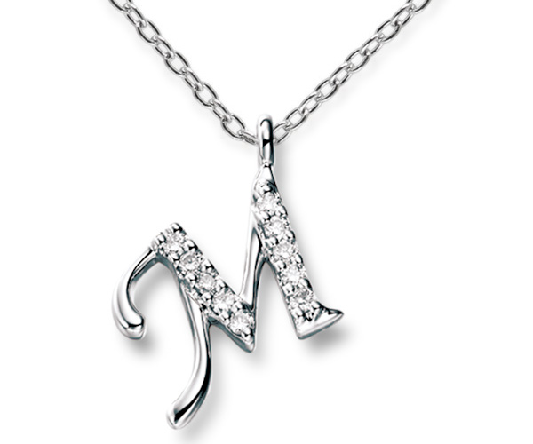 スイートテンダイヤモンドのイニシャルシリーズ。10石のダイヤモンドがイニシャルの中にセットされています。