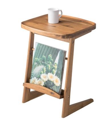 天然木がやさしい気持ちにさせてくれるサイドテーブル 雑誌も収納できます。