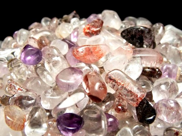 今回入荷は小粒で超透明 スーパーセブン さざれ(クリスタル) 200グラム 他鉱物を閉じ込めた水晶 浄化用 粒の大きさ 約2ミリ-12ミリ 2021年8月追加撮影 sai