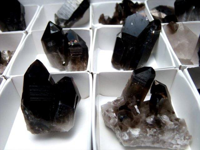 Mサイズ 1個売り アーカンソー産黒水晶ミニクラスター 箱サイズ約6.5×6.3cm 限定 艶々極上モリオン アメリカ・アーカンソー産