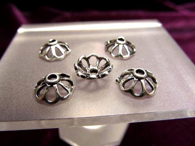 ハイクォリティ メタルパーツ 花型 飾り金具 約8mm 穴径2ミリ 10個入り 真鍮シルバー H25