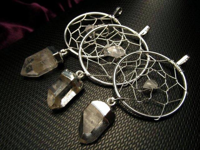 ドリームキャッチャー型 天然水晶使用 黒紐付き 水晶ドリームキャッチャーペンダント リング部サイズ約33mm 黒紐長さ約80cm
