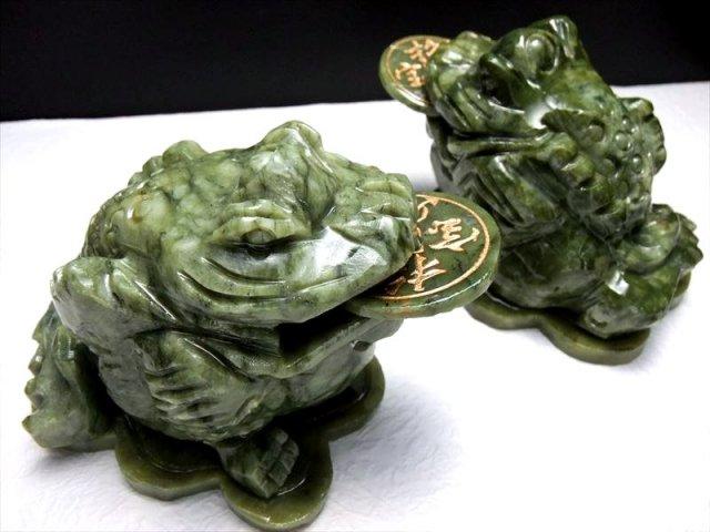 インテリアに サーペンティン(蛇紋石)銭蛙 三本脚のカエル 彫刻置物 500-600g前後 縦約10cm×横約7.5cm×高さ約6cm 招財進寶