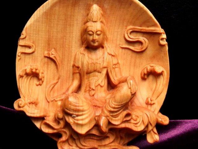 5A極上彫り 円背景 観音像 木彫り 置物 高さ約105-110mm 風水やインテリアに 木の温もりを感じる濃いめのウッドカラー