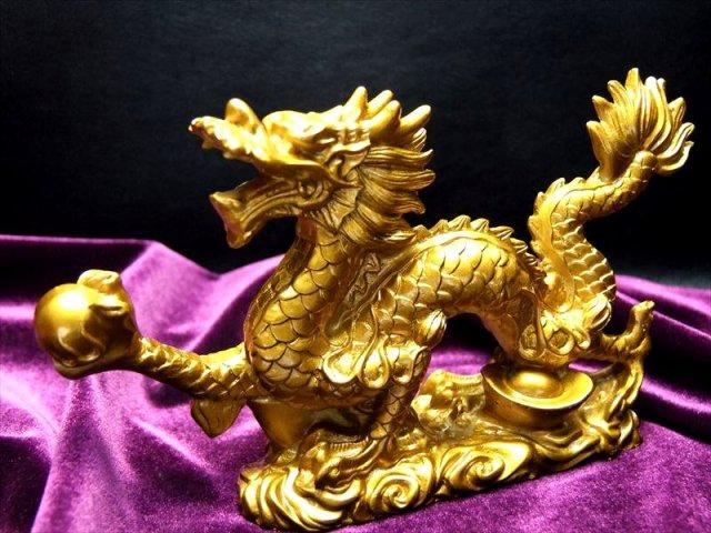M 迫力満点 金龍モチーフ 玉持ち龍神(ドラゴン)置物 高さ約85mm 全長約150mm ディスプレイに Mサイズ