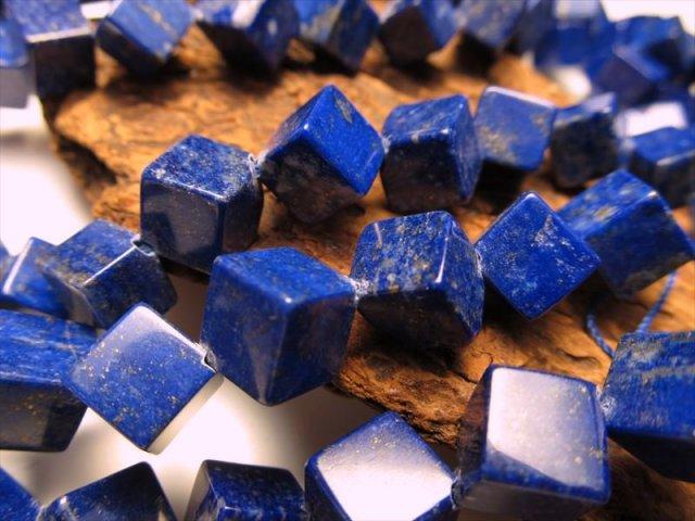 対角穴あきキューブ型 一連 幸運を招く石 アフガン産 ラピスラズリ 対角サイズ約12mm×13mm 約40cm