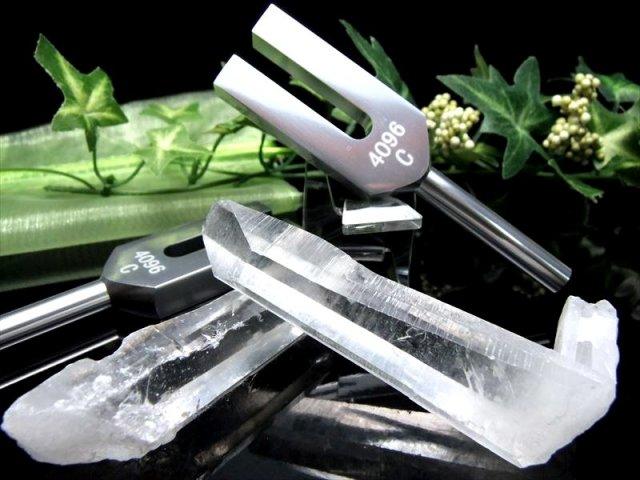激安宣言 天然水晶ポイント付 クリスタルチューナー 音叉浄化セット オーガンジー袋入り ヨガや瞑想にもおすすめ geki