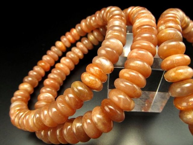 【ブラウンオレンジムーンストーン ボタン型ブレスレット】 直径約8.5mm ぷっくりつやつや丸ボタン テラコッタカラー シラー&アベンチュレッセンス 永遠の愛の象徴 【インド産】